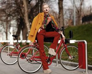 Street style. Стрит стайл Москва. Фотограф Станислав Миронов. Стас Миронов фотограф. Красный велосипед. Велопрокат. Осень в Москве.