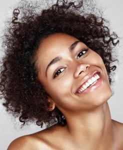 Модель мулатка. Позитивная улыбка. Фотограф Станислав Миронов. Хорошая ретушь. Clean beauty. Клин бьюти